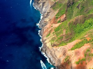 Postal: Vista aérea de un barco navegando junto a la costa