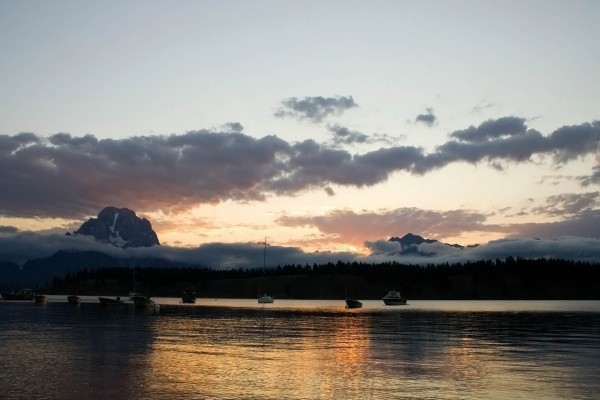 Barcos anclados en el agua al amanecer