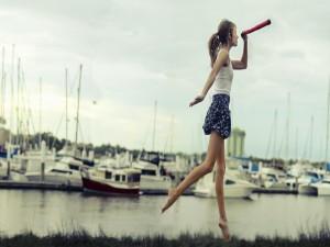 Postal: Joven caminando descalza