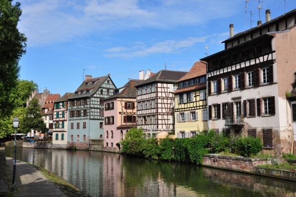 Río junto a unas casas en Estrasburgo (Francia)