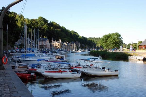 Barcos en el río Rance ( Dinan, Francia)