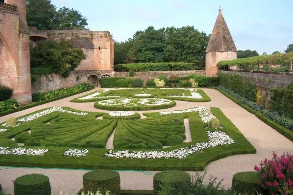 Hermoso jardín de la catedral Santa Cécile (Albi, Francia)