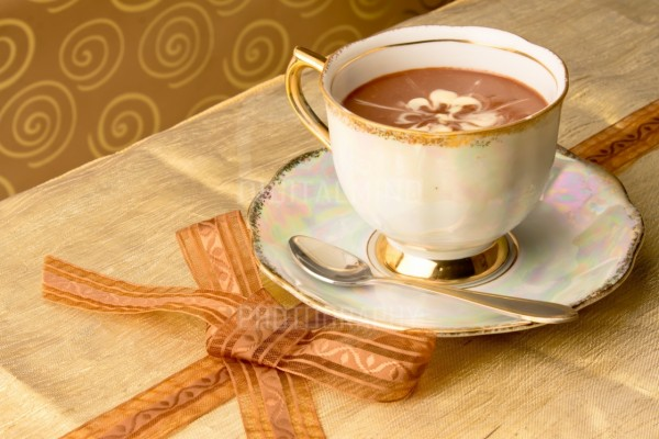 Exquisito chocolate caliente en una bonita taza