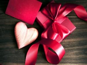 Corazón de madera junto a una caja roja para el Día de San Valentín