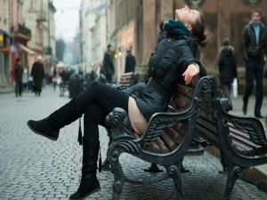 Chica descansando en un banco