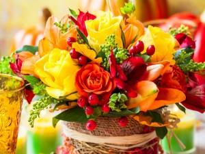 Postal: Vistoso ramo con flores variadas en un recipiente