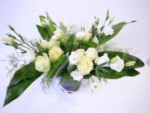 Ramo con rosas y eustomas blancas en un cuenco