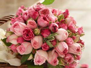 Postal: Magnífico ramo de rosas color rosa en una cesta