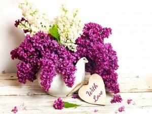 Mensaje de amor junto a un jarrón con esplendorosas flores