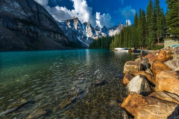 Impresionante lago junto a las montañas (Canadá)