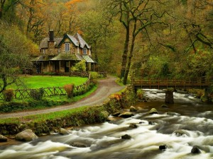 Postal: Casa de piedra junto a un río torrentoso