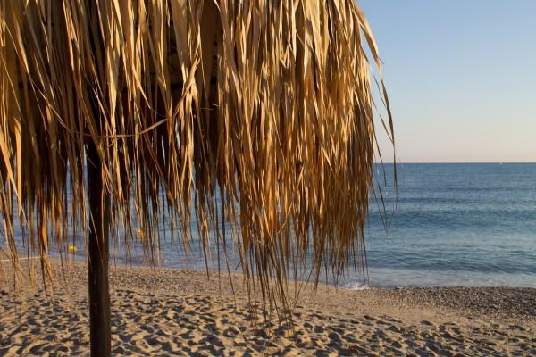 Sombrilla en playa al amanecer