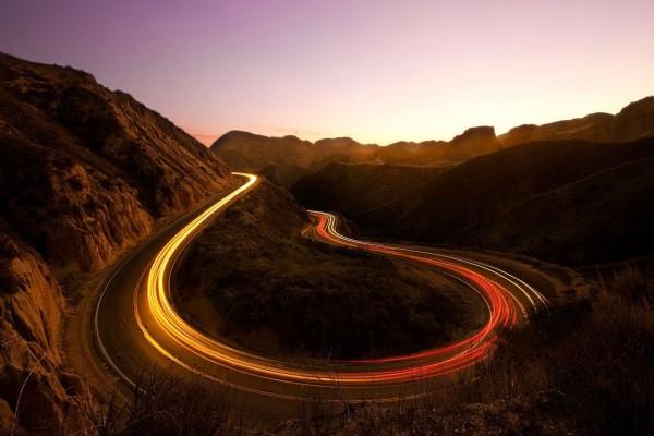 Carretera iluminada en la montaña