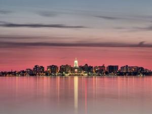 Postal: Cielo rosado sobre la ciudad