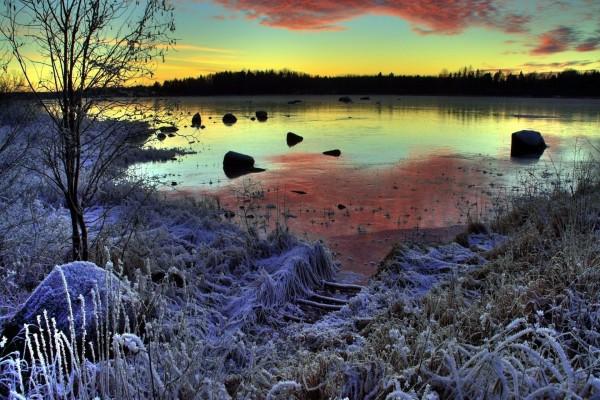 Amanecer en un lago congelado