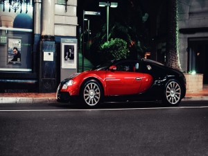 Hombre en su Bugatti Veyron