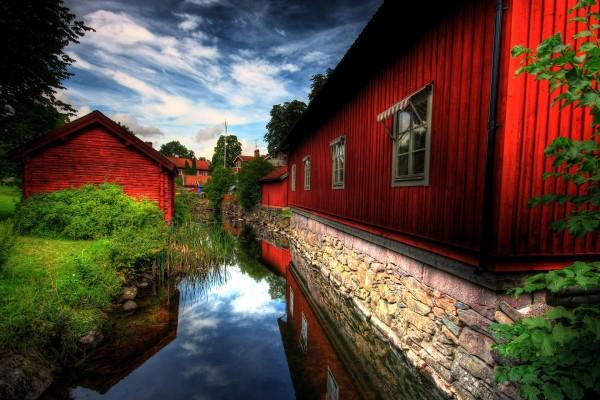 Casas rojas reflejadas en el río