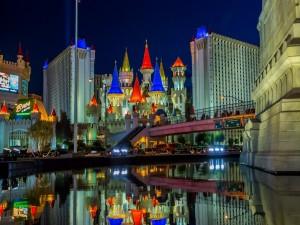 Hotel Excalibur iluminado en la noche de Las Vegas