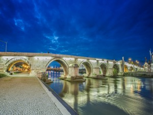 Gran puente de piedra sobre un río