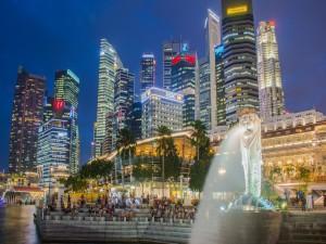 Fuente de Merlion en la noche en Singapur