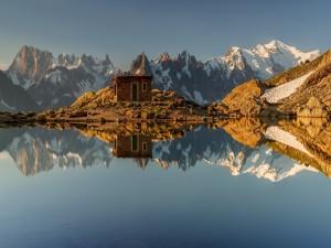 Postal: Un paisaje espectacular con montañas nevadas