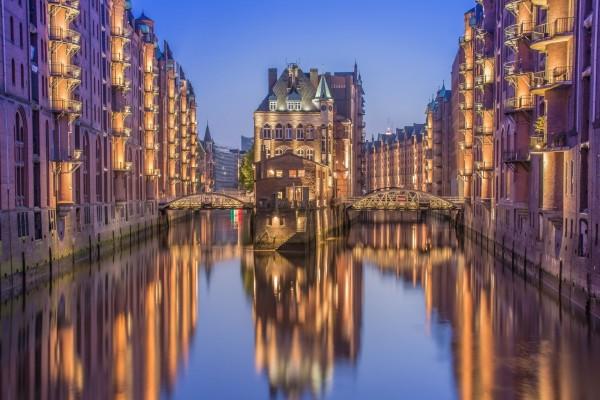 Puentes sobre una canal en Hamburgo