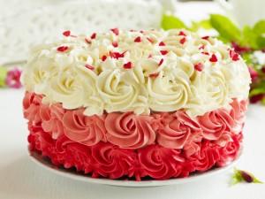 Postal: Exquisito pastel decorado con rosas y corazones de azúcar