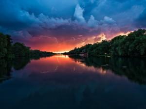 Postal: Rayos reflejados en el río
