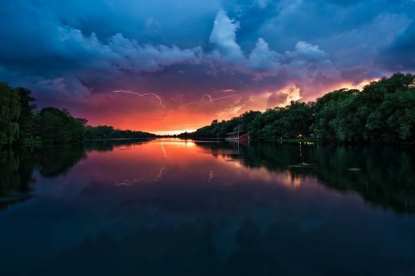 Rayos reflejados en el río