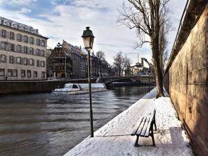 Nieve a orillas de un río