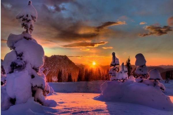 Hermoso paisaje nevado iluminado al amanecer