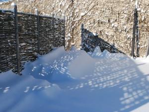 Nieve junto al muro