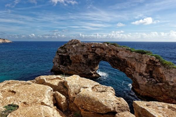 Arco de roca natural en Mallorca (Islas Baleares, España)