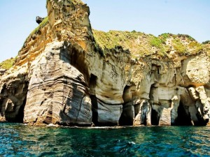 Cuevas en un acantilado