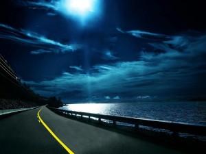 Postal: Carretera en la costa iluminada por la luna