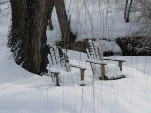 Sillas de madera cubiertas de nieve