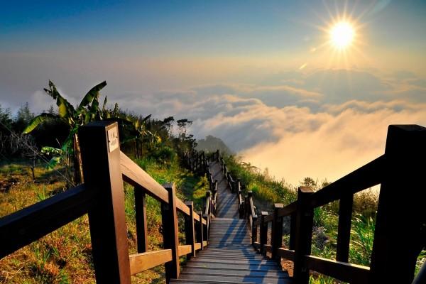 Escaleras sobre las nubes