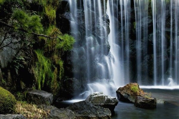 Rocas negras tras la cascada