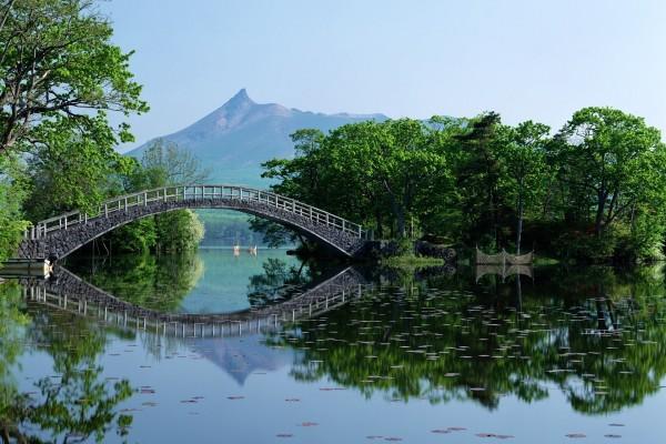 Un puente reflejado en el agua