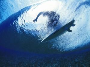 Un surfista visto desde el fondo del mar