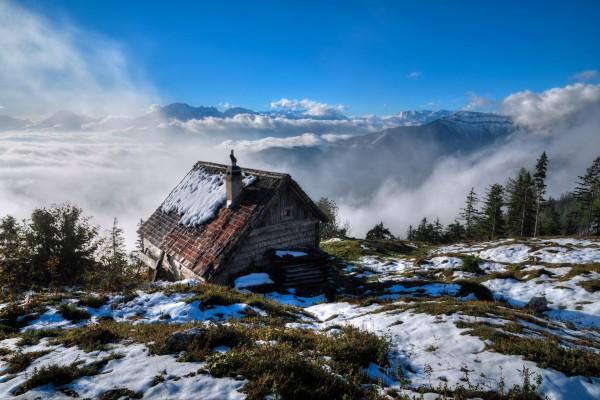 Cabaña en lo alto de una montaña