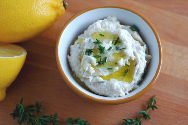 Dip con limón, aceite y hierbas