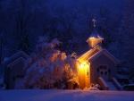 Iglesia cubierta de nieve
