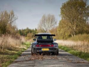 Un deportivo en una carretera campestre