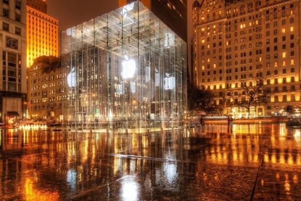 Logos de Apple proyectados en un cubo de cristal