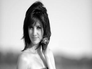 Imagen blanco y negro de una chica sonriendo