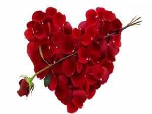 Flecha de Cupido en un corazón de pétalos de rosa