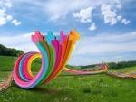 Cintas de colores en un prado