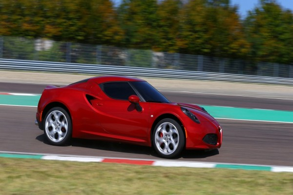 Alfa Romeo 4C rojo en un circuito