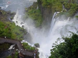 Postal: Personas admirando las Cataratas de Iguazú (Argentina)